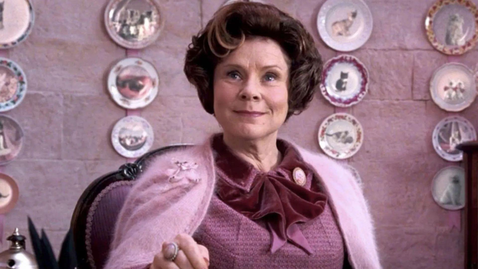 První fotka: Královna Alžběta má v 5. sérii Koruny tvář Umbridgeové z Harryho Pottera
