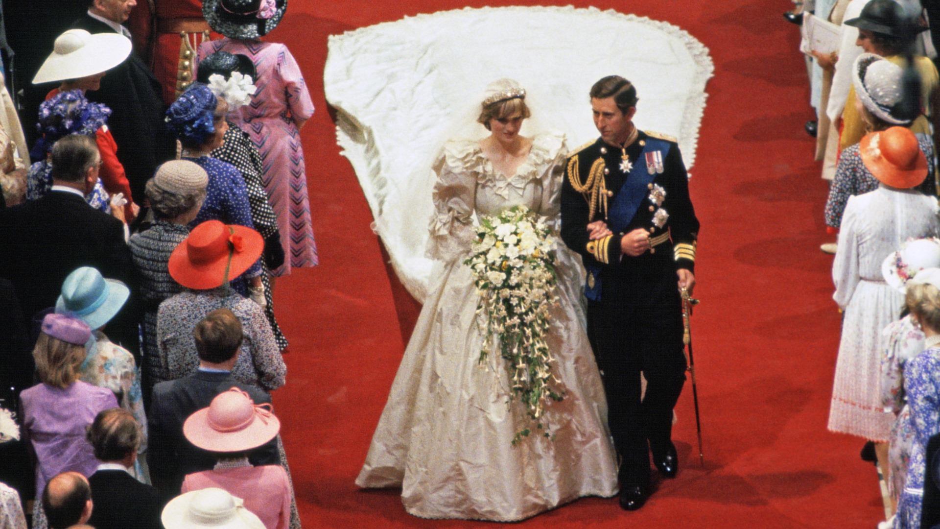 Svatba Charlese a Diany v číslech: Kolik peněz se utratilo a jak dlouhá byla legendární vlečka?