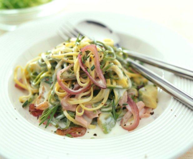 Těstoviny s rozmarýnem, uzenou šunkou a avokádem Foto:
