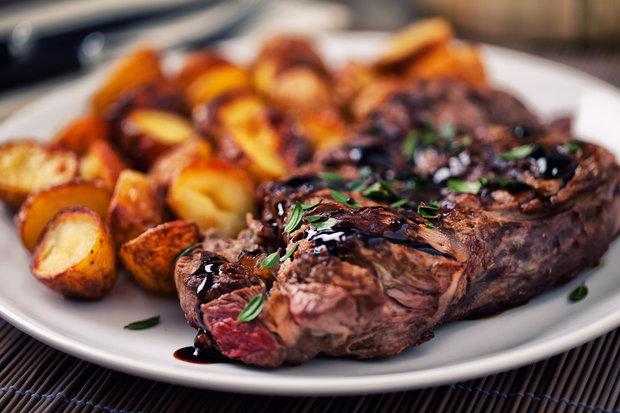 Ideální přílohou ke steaku jsou dokřupava opečené brambory Foto: