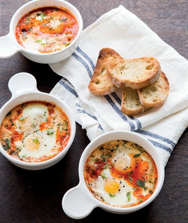 Pečená vejce s rajčaty, mozzarellou a oreganem  Foto: