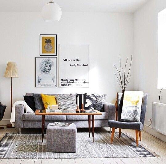 Kombinace moderní pohovky s retro křeslem a žlutou barvou je také v kurzu.  Foto:
