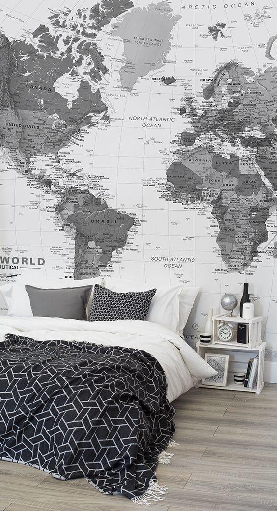 Vášniví cestovatelé neodolají možnosti pokrýt si zeď za postelí mapou celého světa. Dodáte tím místnosti její osobitost. Foto: