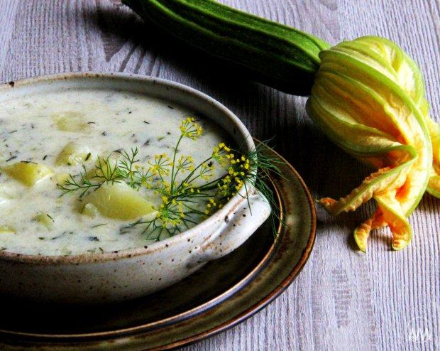 Cuketová kyselice s bramborami, koprem a houbovými škvarky  Foto:
