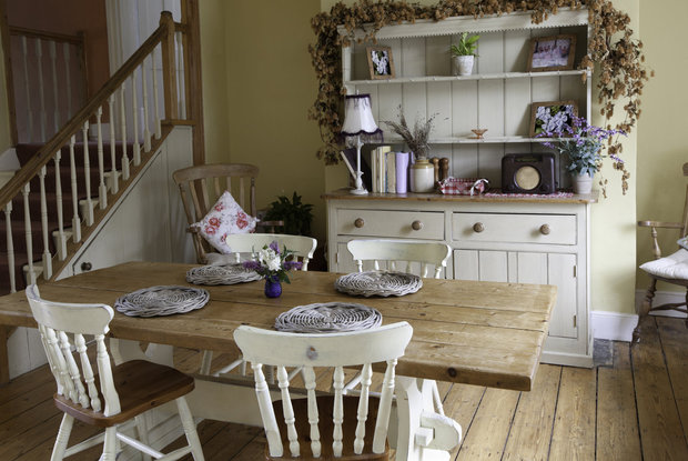 Kuchyně ve stylu shabby chic s příborníkem... Foto: