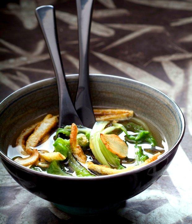 Polévka s pak choi a smaženým vaječným svítkem  Foto: