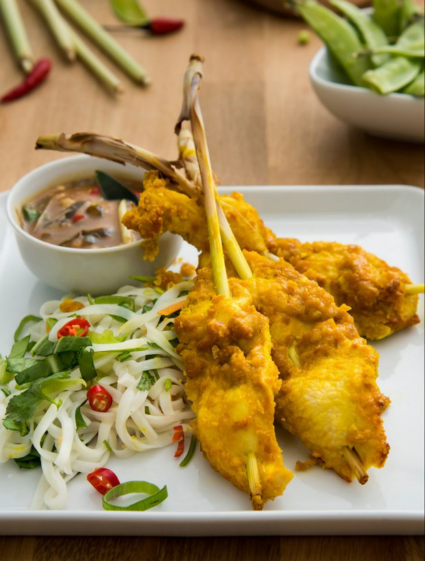 Kuřecí sataj špízy na thajském nudlovém salátu s omáčkou z limetových listů  Foto: