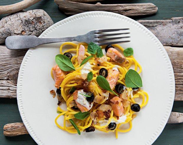Špagety s lososem, černými olivami a polníčkem  Foto: