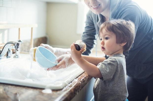 Nechte pomáhat s úklidem i menší děti, dokud je to baví Foto: