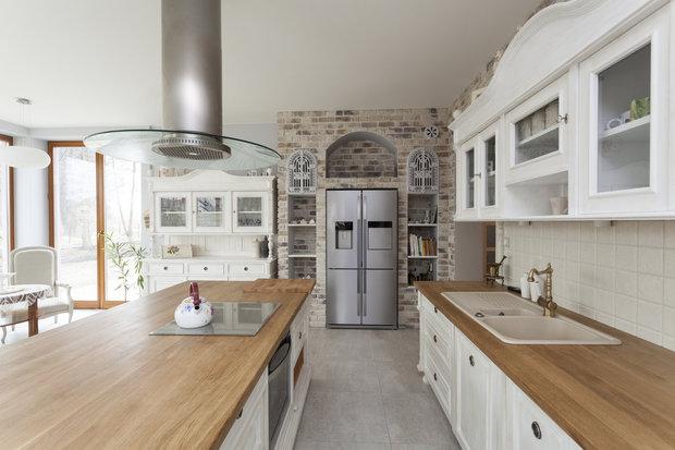 Kuchyně v kombinovaném stylu. Příborník sladěný linkou i skříňkami... Foto: