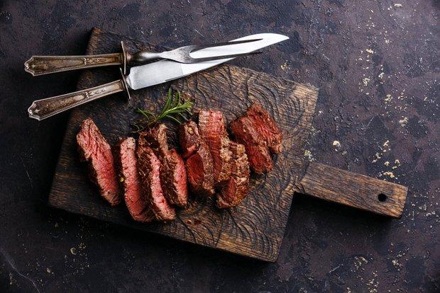Pokud máte kvalitní maso, byl by hřích ho propéct. Ideální je příprava medium rare. Foto: