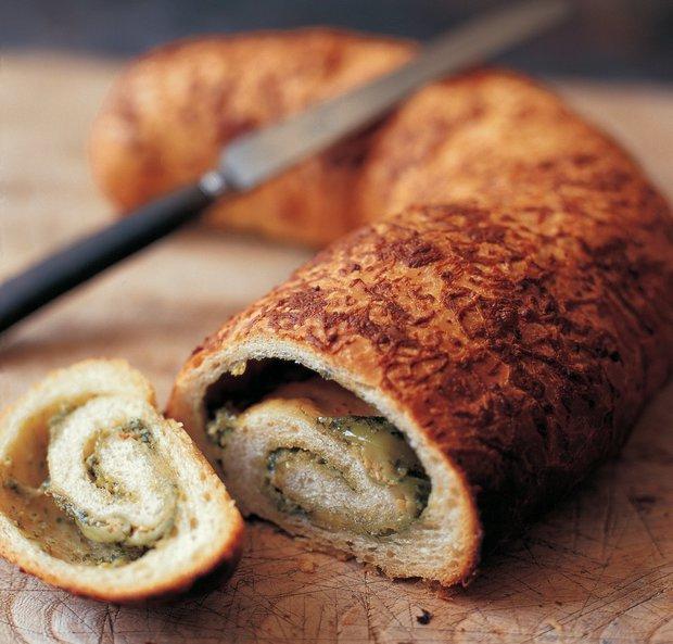 Srolovaný chléb s pestem, olivami a česnekem  Foto: