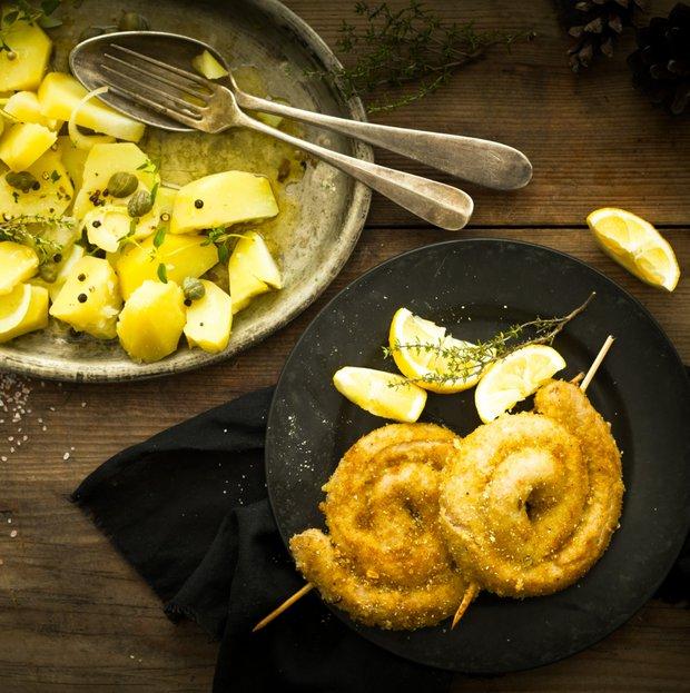 Smažená vinná klobása s bramborovým salátem  Foto: