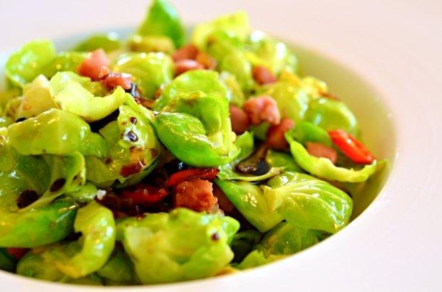 Salát z růžičkové kapusty se švestkami a chilli  Foto: