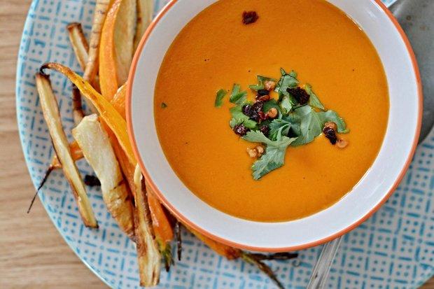 Rajčatová polévka s kokosovým mlékem a se zeleninovými hranolkami Foto: