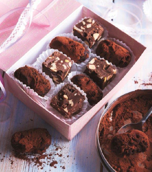Čokoládové kostky s ořechy a lanýže s brandy  Foto: