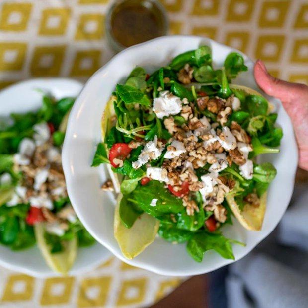 Salát s kozím sýrem a jahodami  Foto: