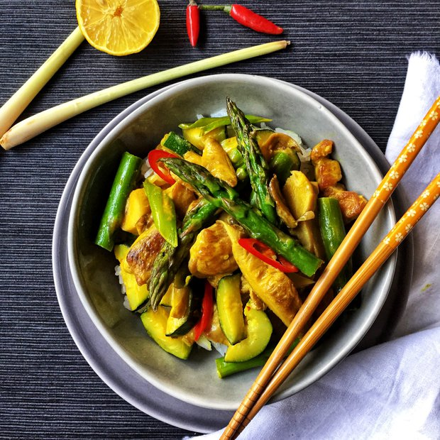 Žluté krůtí curry s chřestem a hlívou  Foto: