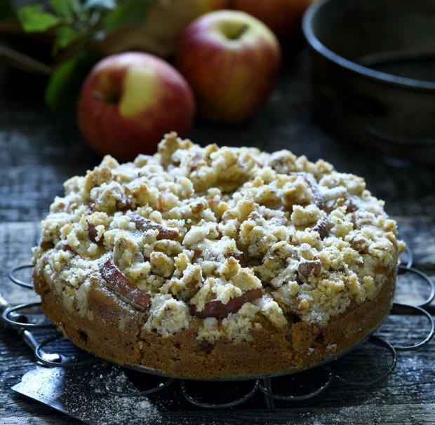 Šťavnatý jablkový koláč s ořechy  Foto: