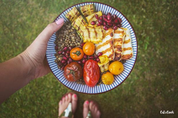Letní miska s čočkou, grilovanou zeleninou a halloumi 3 Foto: