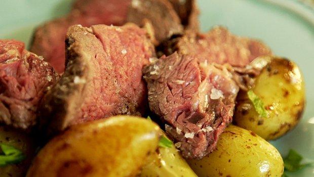 Roastbeef s pečenými bramborami a domácí tatarkou 2 Foto: