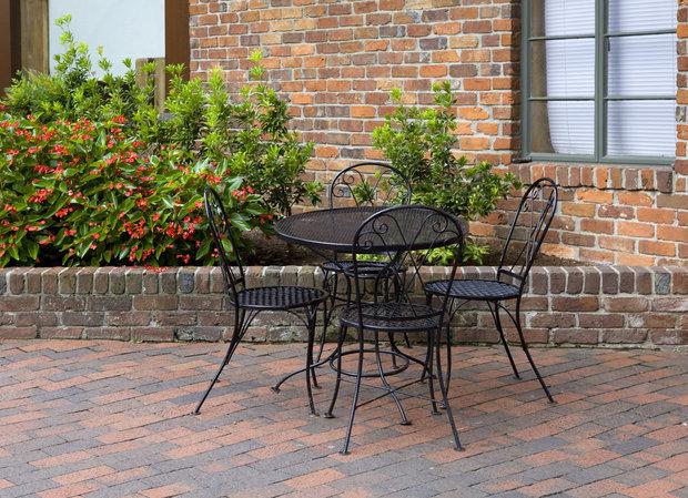 Černý zahradní nábytek vypadá skvěle Foto: