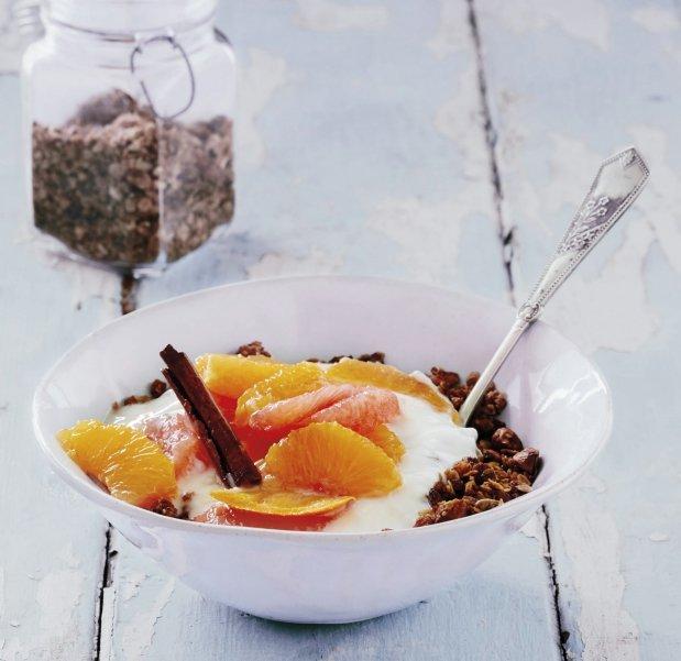 Granola s mandlemi, citrusy a jogurtem Foto: