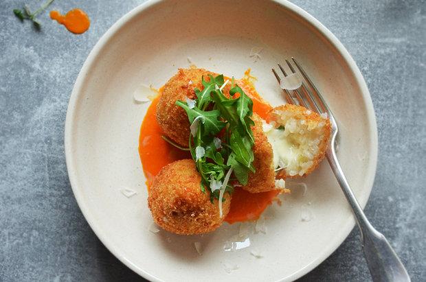 Arancini s mozzarellou a paprikovou omáčkou 2 Foto: