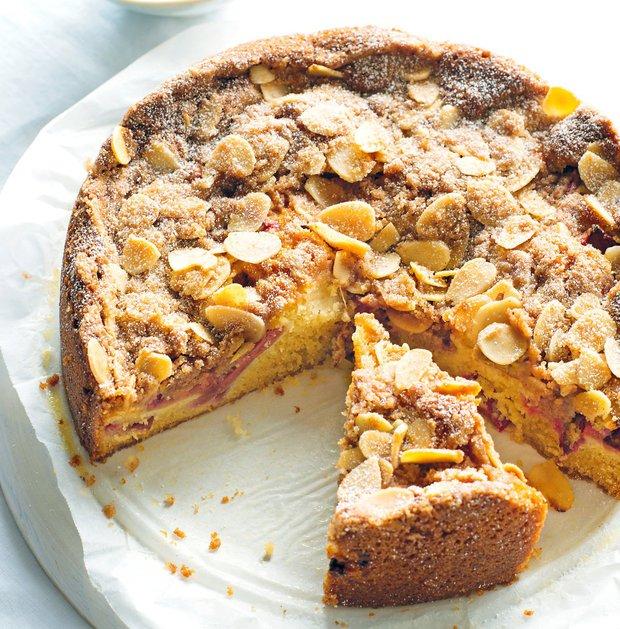 Rebarborový koláč ze zakysané smetany s drobenkou  Foto: