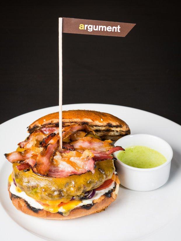 Hovězí hamburger s česnekovou majonézou  Foto: