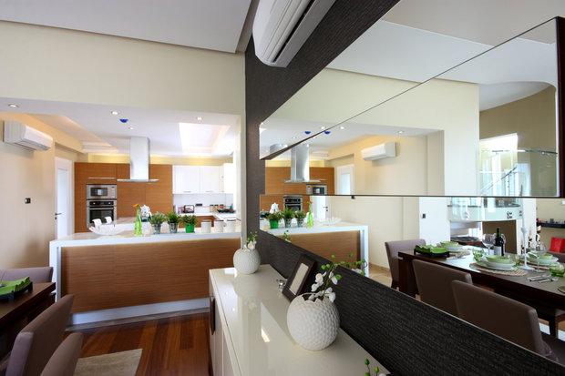 Obývák s kuchyní a zrcadlová stěna Foto: