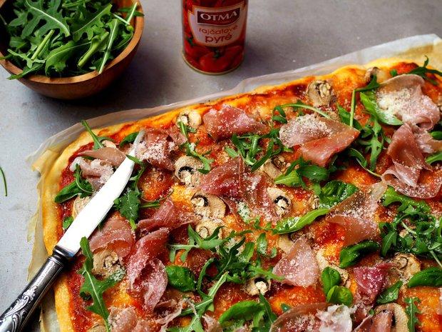 Domácí pizza s prosciuttem a rukolou  Foto:
