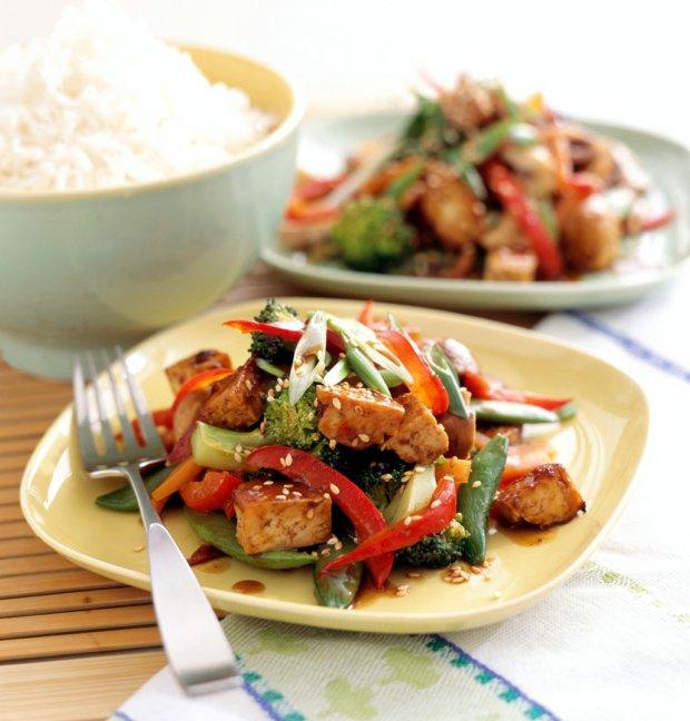 Pečené tofu s thajskou omáčkou a opečenou zeleninou Foto: