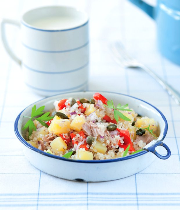 Sytý salát z quinoy, brambor a tuňáka Foto: