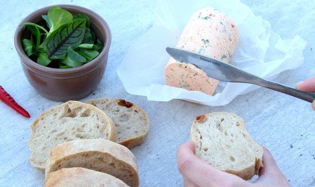 Krevety s chilli máslem a francouzský chléb  Foto: