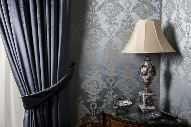 Černá působí elegantně, zvlášť pokud ji spojíme s dekoracemi z antikvariátů. Foto: