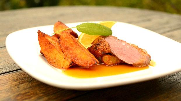 Kachní prsa s medem a vodkou s pikantními brambory  Foto: Hermína / Prima
