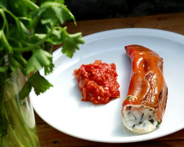Papriky plněné kozím sýrem s rajčatovou salsou Foto:
