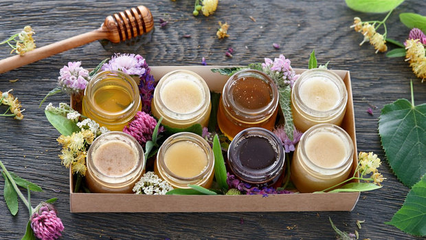 Na trhu najdete mnoho druhů medu Foto: