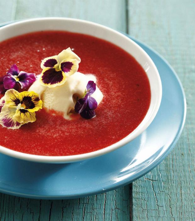 Jahodová polévka s maceškami Foto: isifa.com