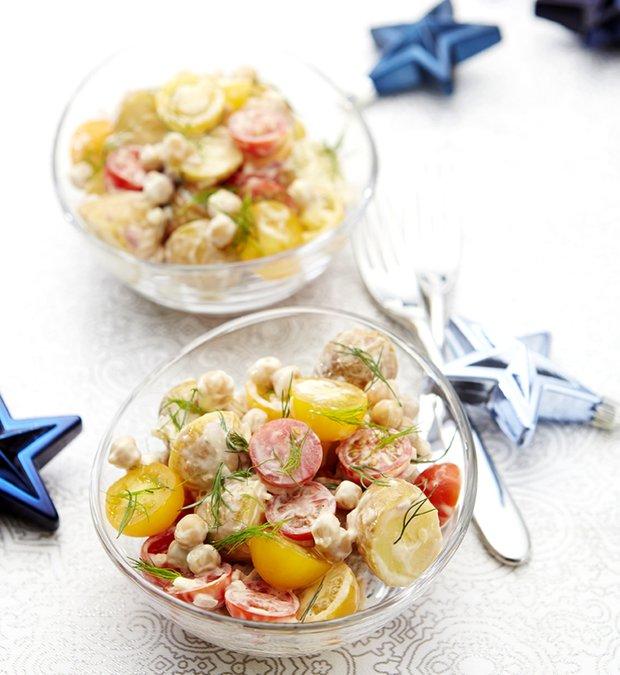 Bramborový salát s cherry rajčátky, cizrnou a koprem  Foto: