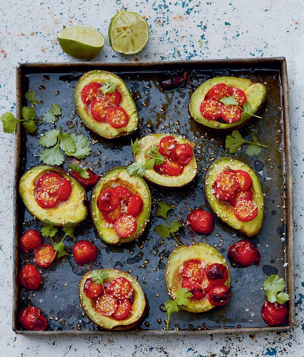 Pečená avokáda s rajčaty a sezamem  Foto: