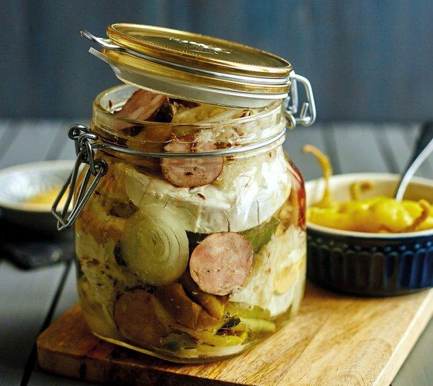 Dobře naložený sýr s klobáskou a kysaným zelím  Foto: