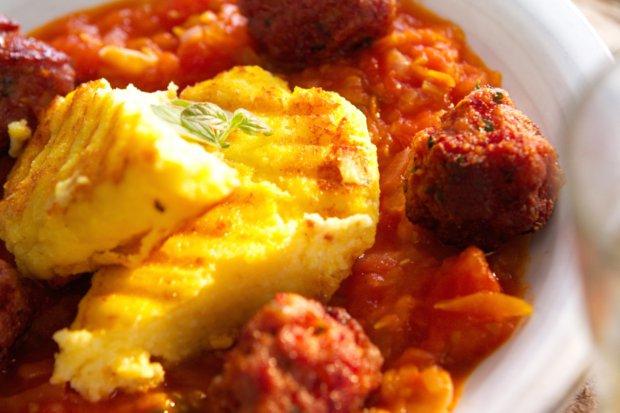 Masové koule s rajčatovou omáčkou & polenta s bazalkou a parmazánem Foto: