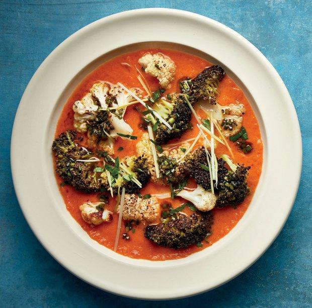 Rajčatová polévka s pečeným květákem a brokolicí  Foto: