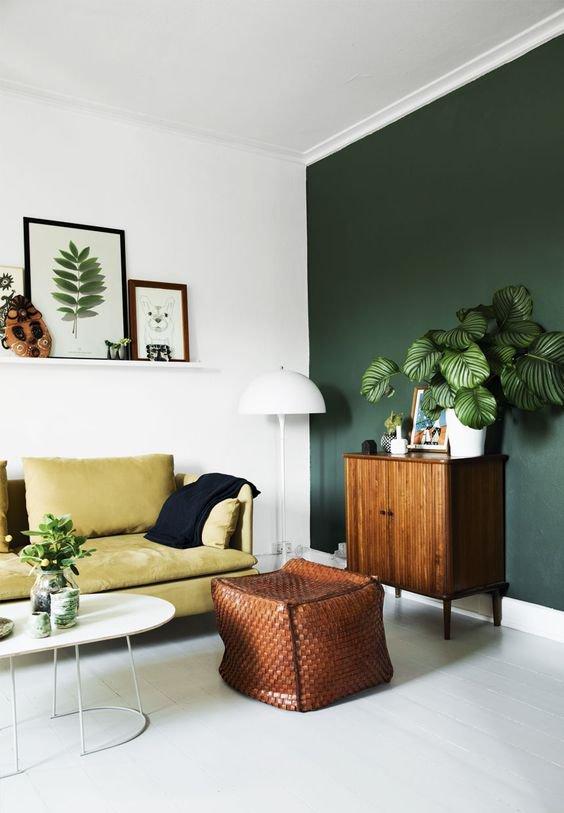 Nebojte se kombinovat výrazné barvy spolu s retro komodou a moderním stolkem v bílé barvě.  Foto: