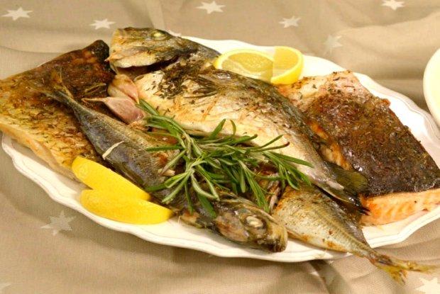 Pestrý rybí pekáč a šťouchané brambory se slaninou a zeleným pepřem  Foto: