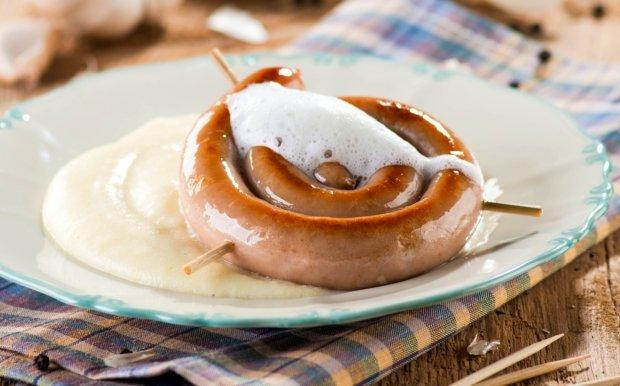 Vinná klobása s křenovou bramborovou kaší a pěnou z pečeného česneku  Foto:
