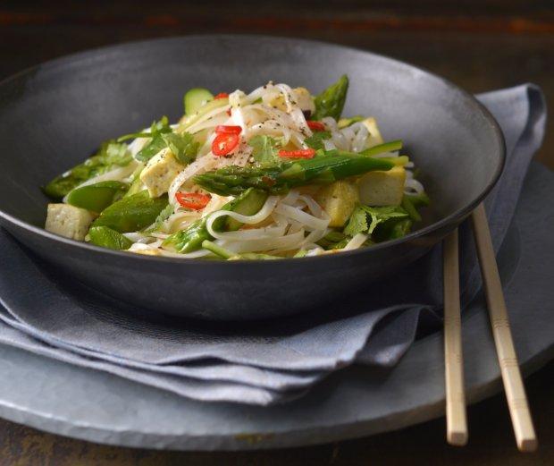 Asijský salát z rýžových nudlí s chřestem  Foto:
