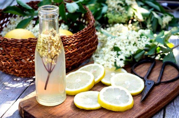 Sirup z bezových květů se hodí nejen pro přípravu osvěžujících nápojů, ale i při pečení Foto: